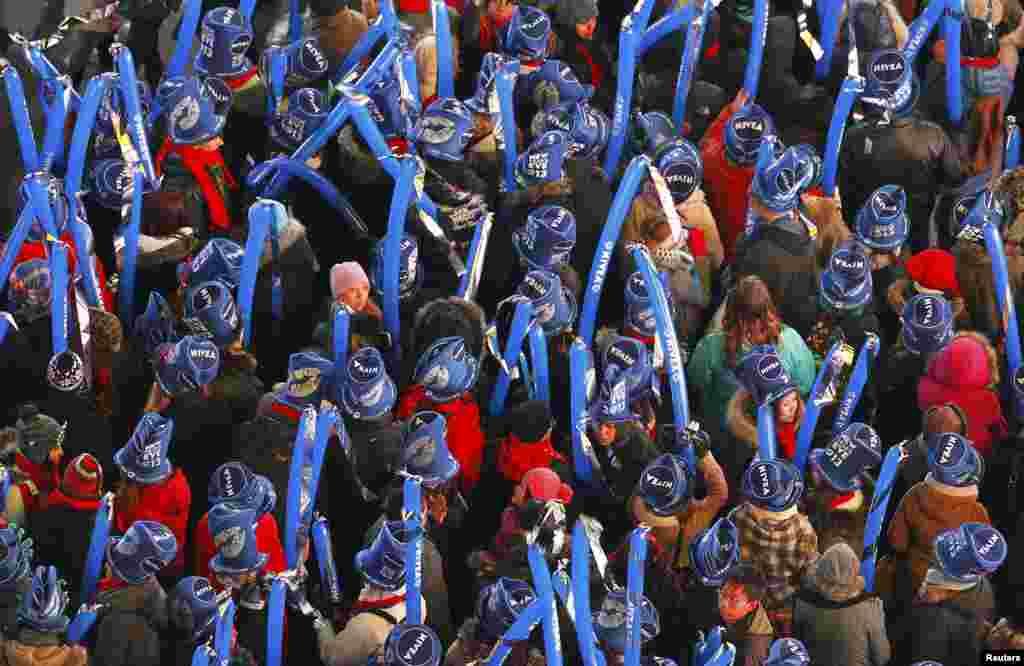 Orang memenuhi alun-alun Times Square di New York untuk merayakan tahun baru. (Reuters/Gary Hershorn)