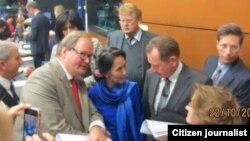 ဆာခါေရာ့ခ္ဆုလက္ခံရယူရန္ ျပင္သစ္ႏုိင္ငံသို႔ မထြက္ခြာမီ EU ႏိုင္ငံျခားေရးဝန္ႀကီးမ်ားႏွင့္ ေတြ႔ဆံုခဲ့ေသာ ေဒၚေအာင္ဆန္းစုၾကည္။ (၂၁၊ ၁၀၊ ၂၀၁၃)