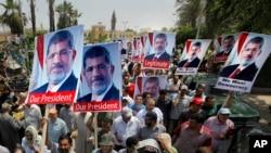 19일 이집트 카이로의 한 사원에서 축출된 무함마드 무르시 대통령의 지지자들이 시위를 벌이고 있다.