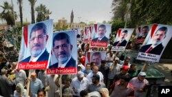 数以千计的埃及人响应穆斯林兄弟会的号召,举着穆尔西像,涌上开罗街头