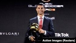 Cristiano Ronaldo reçoit le trophée du Joueur du Siècle à Dubaï, le 27 décembre 2020.