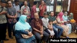 Sejumlah orang tua mahasiswa asal Jawa Timur meminta Pemprov Jawa Timur membantu percepatan pemulangan para mahasiswa dari China ke Jawa Timur (Foto:VOA/ Petrus Riski).