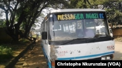 Un mini-bus de transport public à Rohero au Burundi, 10 janvier 2018. (VOA/Christophe Nkurunziza)