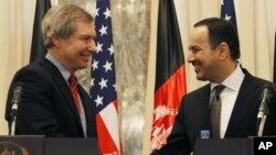 15일 아프간 카불에서 첫 회담을 가진 제임스 왈릭 아프간-파키스탄 부특사(왼쪽)와 에크릴 하키미 미국 주재 아프간 대사.