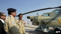 巴基斯坦官员在莫斯科郊外审视最新型的俄罗斯直升机米格-28(资料照片)