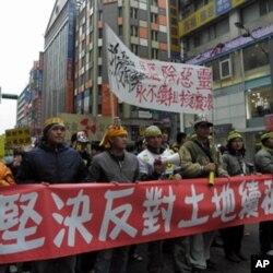 反核游行队伍经过台北街头
