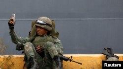 سرباز فیلیپینی در حال گرفتن سلفی - آرشیو
