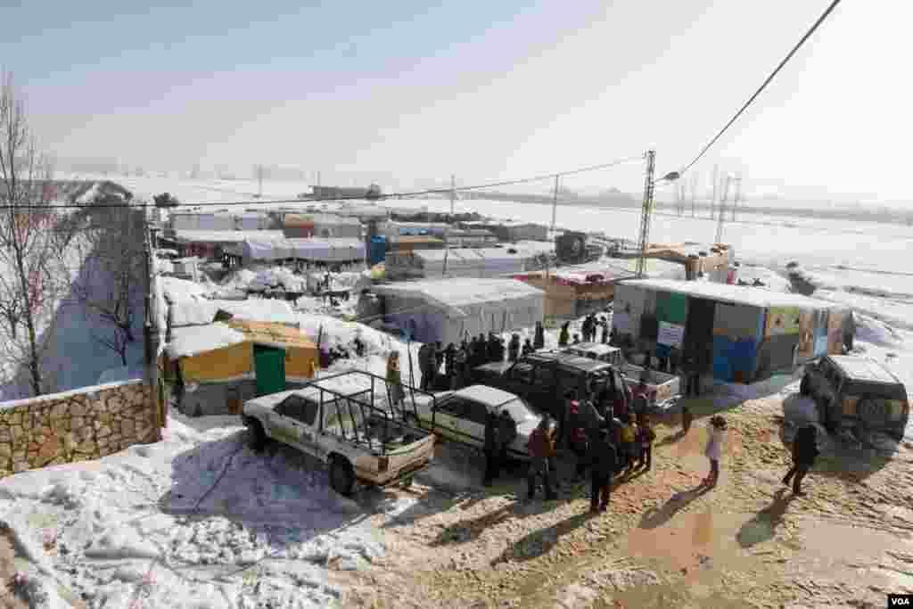 درجہ حرارت میں کمی اور پناہ گزینوں کے کیمپوں میں ٹینٹوں کی کمی کے باعث صورت حال انتہائی کشیدہ ہے۔