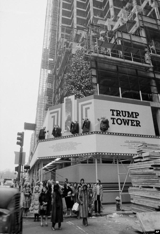 1981年12月23日,紐約第五大道上的川普大樓落成,有樂隊演奏