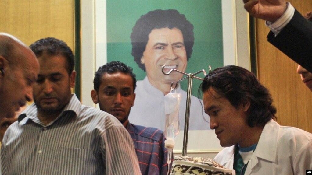Le Libyen Abdel Baset al-Megrahi seule personne jamais condamnée pour l'attentat de Lockerbie en 1988, est escorté sur une chaise roulante lors d'une visite auprès des parlementaires africains à Tripoli, Libye, 9 septembre 2009.