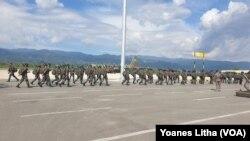 Pasukan TNI saat tiba di Bandara Udara Mutiara Sis Aljufri Palu, Sulawesi Tengah, Sabtu, 15 Agustus 2020. (Foto: VOA/Yoanes Litha)