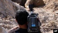 Неизвестный сирийский оператор на съемке. Сирия. Поселок Джиср-аль-Шугхор (архивное фото)