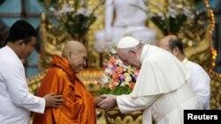 Pap Franswa kap bay lamen ak Bhaddanta Kumarabhivasma, reprezantan komite eta Sangha Maha Nayaka a, pandan yon rankont ak gwoup boudis yo, Yangon, Myanmar, 29 novanm 2017. REUTERS/Max Rossi - RC1A266E08B0