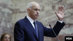 Perdana Menteri Yunani George Papandreou berpidato di hadapan partainya, Partai Sosialis, di parlemen di Athena, Kamis (3/11).