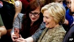 6일 미국 민주당의 힐러리 클린턴 후보가 펜실베니아 주 피츠버그 시 카네기멜론대학에서 열린 선거 유세에서 지지자들과 함께 사진을 찍고 있다.