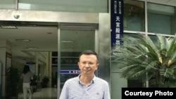 重慶張庭源律師在派出所外 (維權網圖片)