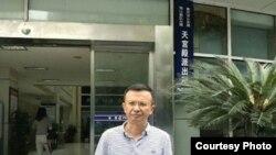 重庆张庭源律师在派出所外 (维权网图片)