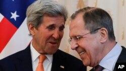 Sakataren harkokin wajen Amurka John Kerry a hagu da takwaransa na kasar Rasha Sergey Lavrov