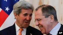 모스크바를 방문한 존 케리 미국 국무장관(왼쪽)이 24일 세르게이 라브로프 러시아 외무장관과 회담했다.