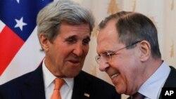 Menlu Rusia Sergey Lavrov (kanan) bersama Menlu AS John Kerry di Moskow (24/3).