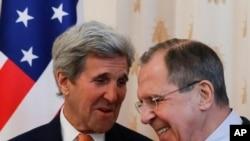 មន្រ្តីការបរទេសរុស្ស៊ី Sergey Lavrov (ស្តាំ) និងមន្រ្តីការបរទេសលោក John Kerry កំពុងនិយាយគ្នាមុនពេលកិច្ចពិភាក្សានៅទីក្រុងមូស្គូ ប្រទេសរុស្ស៊ីកាលពីថ្ងៃទី២៤ មិនា ២០១៦។