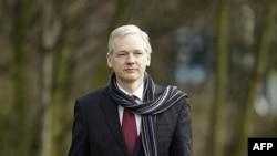 Sáng lập viên WikiLeaks Julian Assange tới tòa án ở London, ngày 24/2/2011