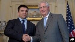미국을 방문한 파블로 클림킨 우크라이나 외무장관(왼쪽)이 8일 렉스 틸러슨 미국 국무장관과 워싱턴 국무부 청사에서 회담했다.