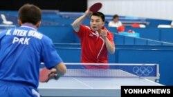 런던 올림픽 개막을 앞두고 23일 런던 현지에서 훈련 중인 북한 탁구 국가대표선수들.