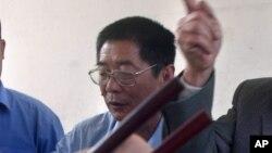 ທ່ານ Xiang Nanfu ກຳລັງຮັບປະທານອາຫານ ໃນໝູ່ບ້ານ ຂອງເພິ່ນ ນອກເຂດປັກກິ່ງ 11 ເມສາ 2004.