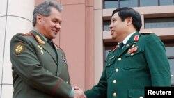 Bộ trưởng Quốc phòng Nga Sergei Shoigu và Bộ trưởng Quốc phòng Việt Nam Phùng Quang Thanh gặp gỡ tại Hà Nội, ngày 5 tháng 3, 2013.