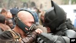 Batman dan penjahat Bane dalam film The Dark Knight Rises. (Foto: AP)