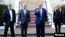 Presiden AS Donald Trump ditemani sejumlah pejabat berdiri di depan Gereja Episkopal St. John di seberang Gedung Putih, saat terjadi unjuk rasa menentang ketidakadilan ras yang dipicu kematian George Floyd, Washington D.C, 1 Juni 2020.