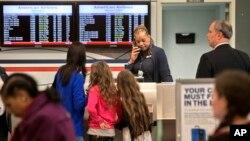 지난 16일 아메리칸 에어라인 항공을 이용하는 승객들이 티케팅을 위해 대기하고 있다. 미국은 최근 교통 관제사들의 대규모 휴무로 수천 건의 비행이 지연되었다.