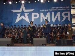 亚历山大红旗歌舞团去年夏季在俄国防部组织的一次国际军事活动上在莫斯科郊外演出。