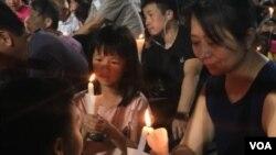 有家長帶同年幼子女參與維園六四燭光集會 (美國之音特約記者 湯惠芸拍攝)