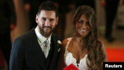Le joueur de football argentin Lionel Messi et son épouse, Antonela Roccuzzo, posent à leur mariage à Rosario, en Argentine, le 30 juin 2017.