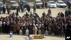 Abanyafuganistani basenga bariko barapfuba abishwe mu gitero c'iterabwoba ku musi wa gatandatu i Kabul, Afghanistani, ukwezi kwa mbere, itariki 28, 2018.