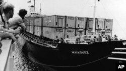 រូបឯកសារ៖ នាវប្រយុទ្ធ USS Harold E. Holt ត្រៀមចេញដំណើរដឹកសម្ភារៈនានាសម្រាប់ប្រតិបត្តិការសឹកម៉ាយ៉ាហ្កេ (SS Mayaguez) កាលពីខែឧសភា ឆ្នាំ១៩៧៥។