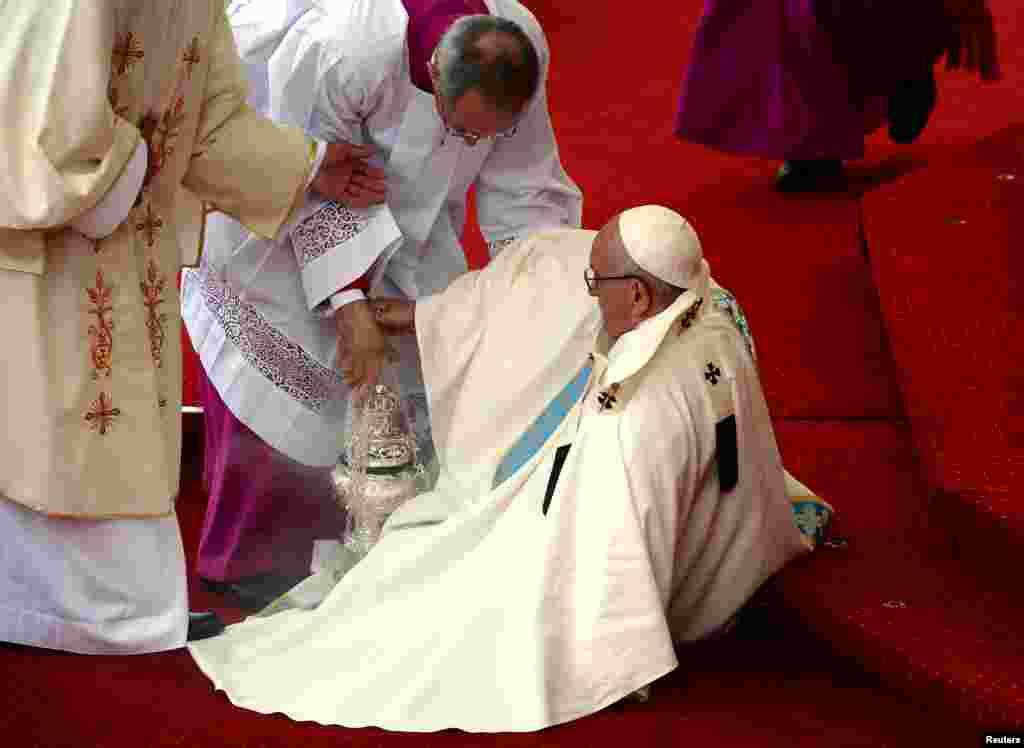 Paus Fransiskus terjatuh saat tiba untuk mengunjungi tempat suci Katolik 'Jasna Gora' di kota Czestochowa, Polandia.