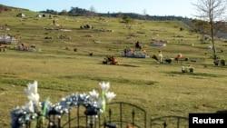 Seorang pelayat berhenti di sebuah kuburan baru di pemakaman terbesar di Rose Hill Memorial Park, Los Angeles, California. (Foto: dok).