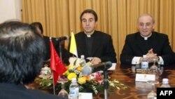 Thứ trưởng Ngoại giao Vatican, Đức ông Ettore Balestrero (giữa) và Ðại diện không thường trực của Vatican tại Việt Nam Leopoldo Girelli (phải) trong cuộc gặp với Phó Bộ trưởng Ngoại giao Bùi Thanh Sơn tại Hà Nội, ngày 27/2/2012