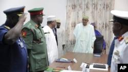 Presiden Nigeria Muhammadu Buhari (tengah) saat melakukan pertemuan dengan para komandan militer di Abuja (foto: dok).