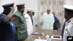 Nigeriyaning yangi Prezidenti Muhammadu Buxoriy (markazda) xavfsizlik xizmati rahbarlari bilan, 2-iyun, 2015-yil.