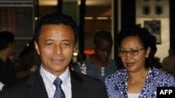 Cựu Tổng thống Madagascar Marc Ravalomanana và phu nhân Lalao đang cầm vé máy bay tại phi trường O.R Tambo, Johannesburg, Nam Phi, ngày 21 tháng 1, 2012