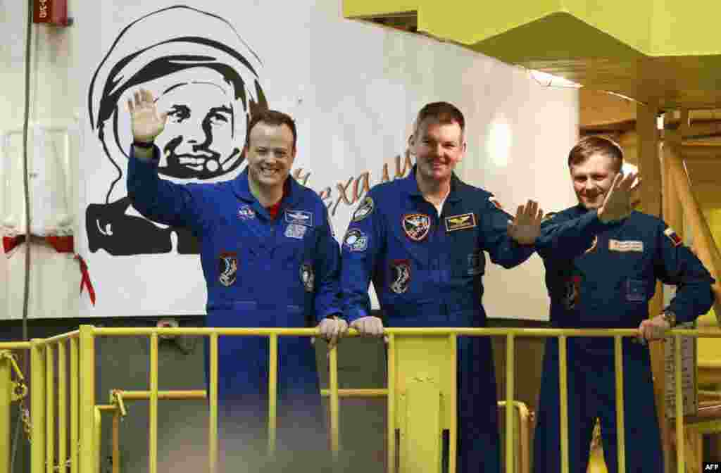 (слева-направо) Астронавт Рон Гаран (США), космонавты Алксандр самокутяев и ндрей Борисенко (Россия)