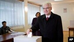 Tổng thống Croatia Ivo Josipovic đi bỏ phiếu tại một phòng phiếu ở Zagrab, Croation, 28/12/14