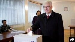 Predsednik Hrvatske Ivo Jospipović glasa na izborima