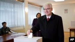 Presiden Kroasia Ivo Josipovic memasukkan surat suaranya ke dalam kotak suara di sebuah TPS di Zagreb, Kroasia, 28 Desember 2014 (Foto: dok).