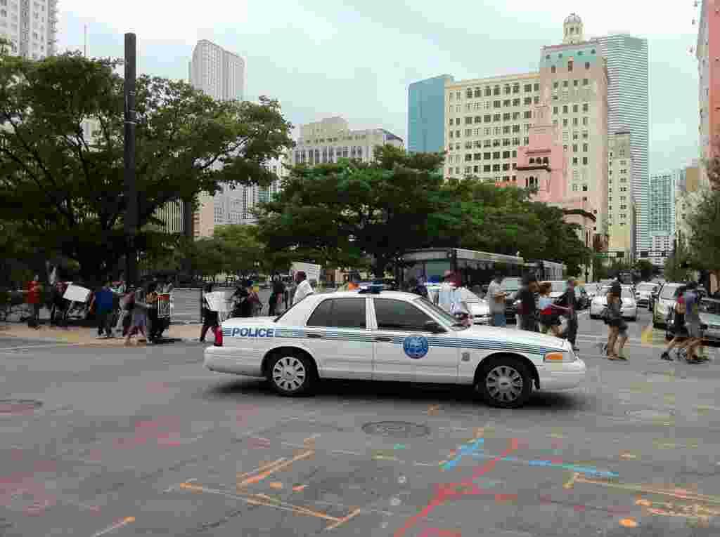 """Residentes del centro de Miami apoyaron las marchas de """"Ocupemos Miami""""."""