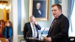 시그뮌뒤르 다비드 귄뢰이그손 아이슬란드 총리가 4일 의회에서 발언하고 있다.